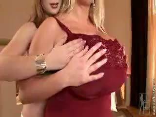 श्यामला, बड़े स्तन, बच्चा