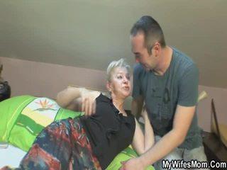 Ona touches i bonks jej syn wewnątrz prawo