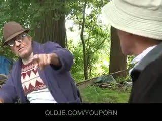 Velho farts pleasing hooters gaja em o woods