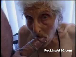 Senile wrinkled おばあちゃん gives フェラチオ と ある ファック バイ deviant フリーク