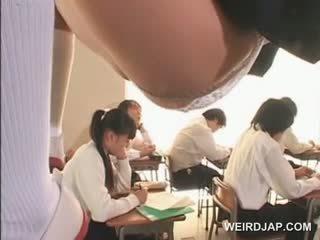 Azijietiškas mokykla mažutė į ropes flashes twat po sijonu į klasė