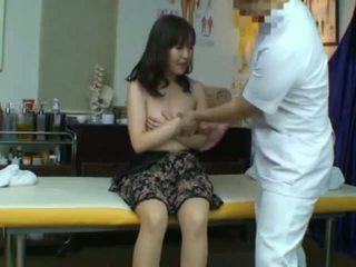 Spycam captures a reluctant ázijské manželka seduced podľa ju masseur
