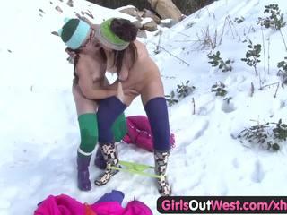 Meitenes ārā west - matainas rosie fingered uz snow