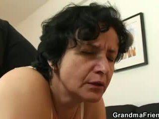 Viņa gets viņai vecs matainas hole filled ar two cocks