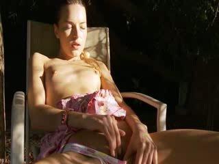 Sexy pollastrella ditalino in il selvaggia