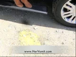 Αμάξι άρρωστος κορίτσι vomit puke ξέρασμα barf φίμωτρο