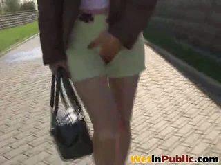Desperate cutie lata no control su urge a pee