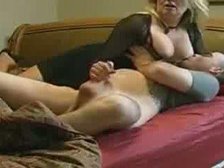 Mère helps pas son stepson en lit