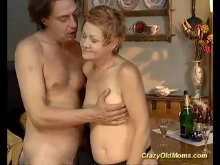 Lebih tua babe gets keras fucked