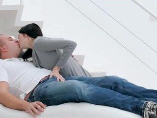 Sensuellt kysser scen med gorgeous brunett tonårs