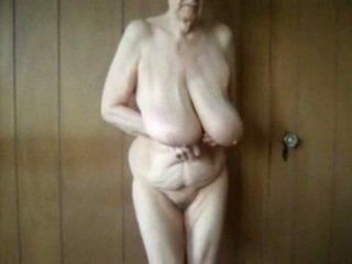 80 שנה ישן סבתא עם גדול saggy פטמות