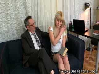Candy doesn't exakt få mycket val i den materia, men she's förvisso turned på av henne tricky gammal läraren