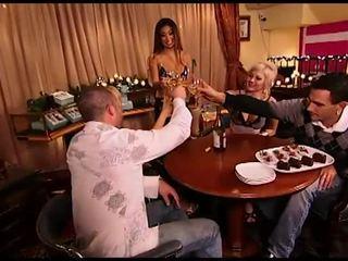 Seks empat orang atau fivesome setelah minum beberapa anggur, besar apaan