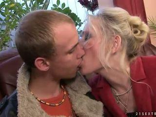 ग्रॉनी फक्किंग साथ उसकी युवा boyfriend