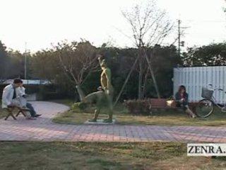 Subtitled 日本語 女人 painted 到 mimic park statue