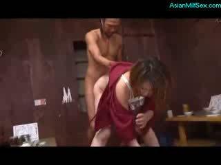 成熟した 女性 で kimono 吸い コック ファック バイ 2 guys 上の ザ· フロア