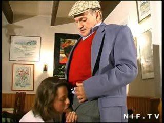 Orang peranchis milf dalam bertiga dengan papy pengintip/voyeur dalam yang restaurant