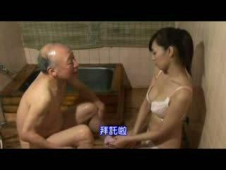 Japonské sestrička taking starostlivosť o starý otec video