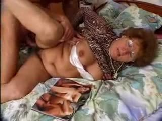 Matainas vecmāmiņa catches grandson jacking