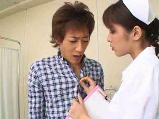 Sexy hot asiatisk japansk sykepleier gives hot blowjob til henne pasient