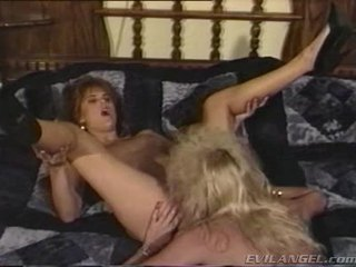 2 lesbiete babes licking, aptaustīšana & toying katrs pārējie holes