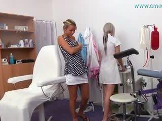 Blond tüdruk went kuni tema gynecologist jaoks regular eksam