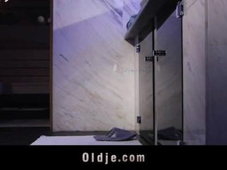 Oldman intercourse ใน ห้องน้ำ ด้วย a teeny