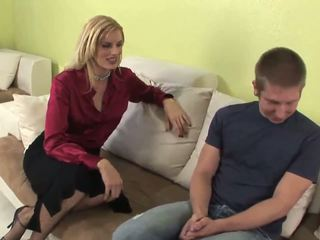 Seductive blondine milf gives fantastisch pijpen