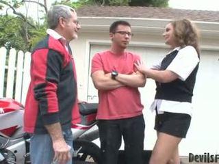 Rebecca bardoux membiarkan terangsang ayah dan putra apaan dia mulut