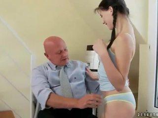 Bello giovanissima fucks molto vecchio nonno