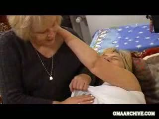Grannies vriendin joining naar hebben sommige plezier video-