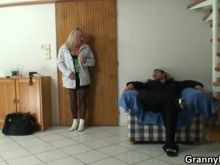 Lad picks επάνω ένα γιαγιά και bangs αυτήν