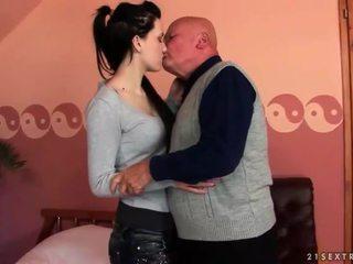 Labai senas senelis loves paauglys mergaitė