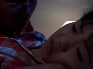 ベイブ アジアの gets 女 teased で undies で 彼女の 睡眠