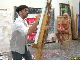 An artist 尋找 為 一 模型 到 paint