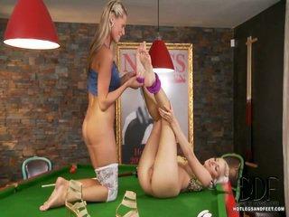 Newcomer sandra hill meets bianca uz a billiards istaba par daži lesbie toe jautrība. viņi kiss un lean vairāk a basejns tabula, demonstrating no viņu garš kājas uz colorful tights un erotisks apavi. b