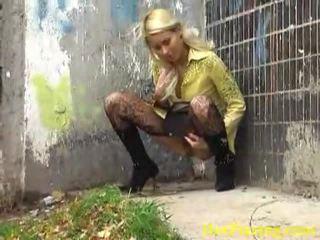 Reged pissing pirang liking her nakal job