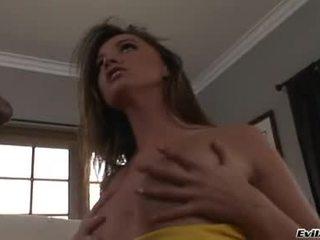 Tori ブラック うそ 上の カウチ と 入手する 彼女の 女 取る アップ とともに ザ· 舌