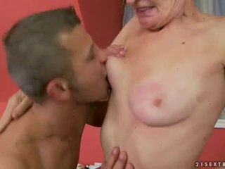 Het grannyen gets henne hårig fittor körd