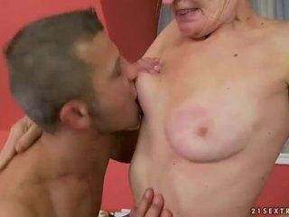 Гаряча бабуся gets її волохата манда трахкав