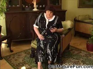 Ouder vrouwen spelen met groot boezem video-