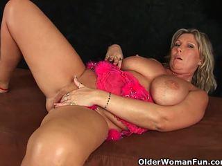 Debele zreli mama s velika prsi masturbates