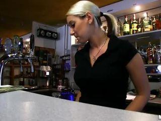 Barmaid lenka nailed при на бар за пари в брой