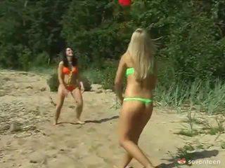 레즈비언 적법한 나이 teenagers onto 그만큼 seashore