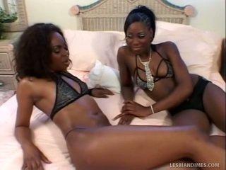 Lepo črno dekleta lizanje trimmed fuzzy wuzzy
