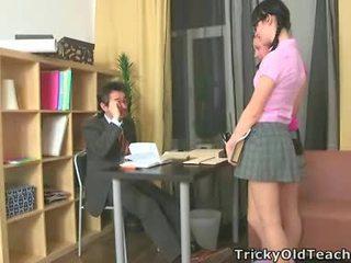 Sexy dames neuken hun oud leraar.