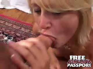 Excited blondine teef stacy thorn licking en zuigen een