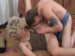 角質 金發 媽媽我喜歡操 sucks 和 fucks 年輕 guy
