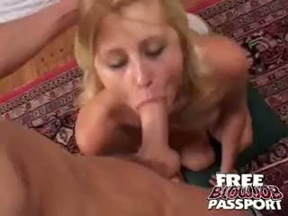 Bite starved blonde stacy thorn giving pipe sur son knees