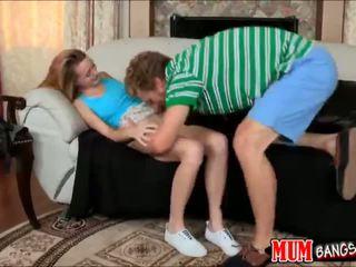 Stiefmoeder met strap op neuken ava hardy terwijl zuigen piemel